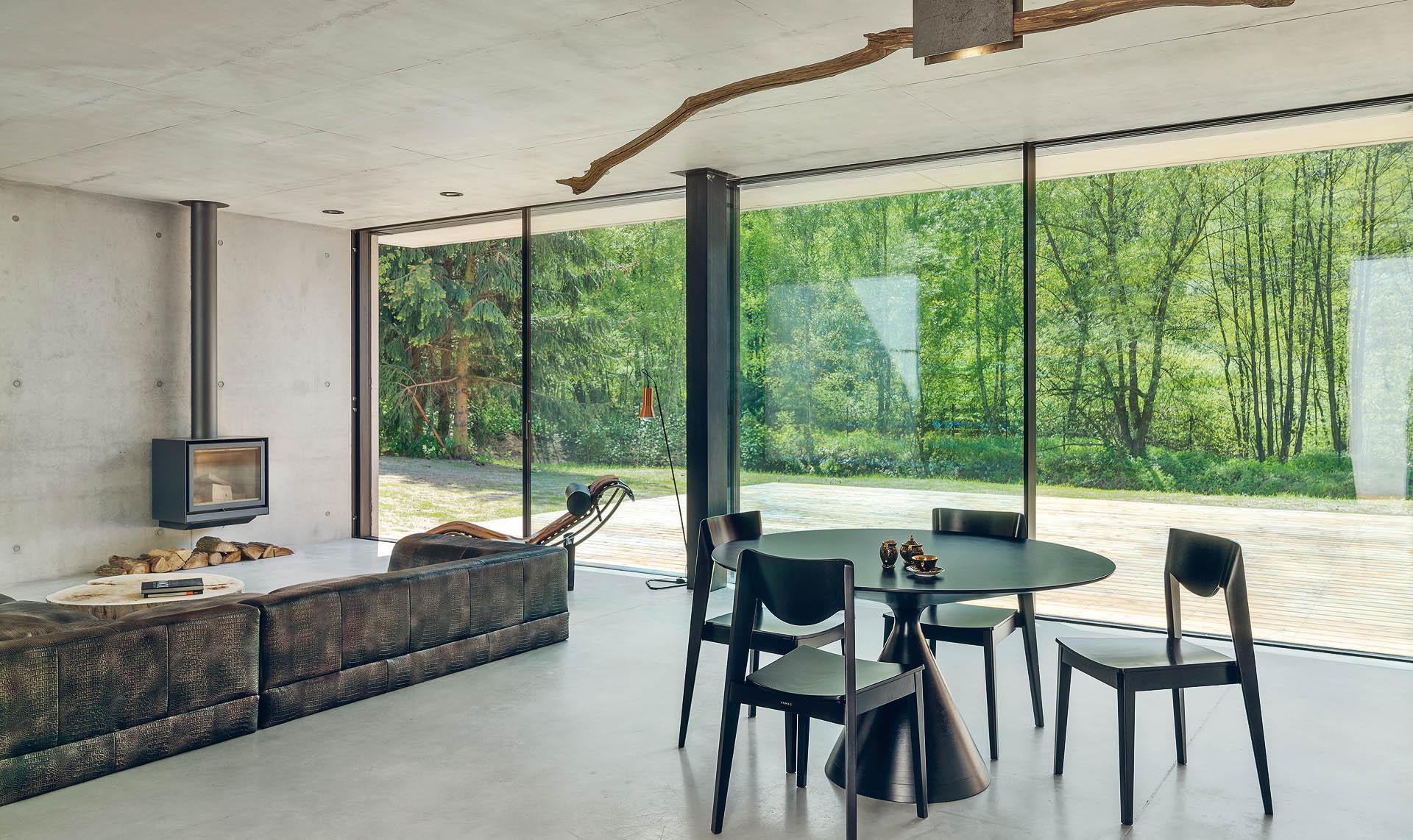 wszystkie ściany części mieszkalnej zostały wykonane wtechnologii betonu architektonicznego typu sandwich: beton–ocieplenie–beton