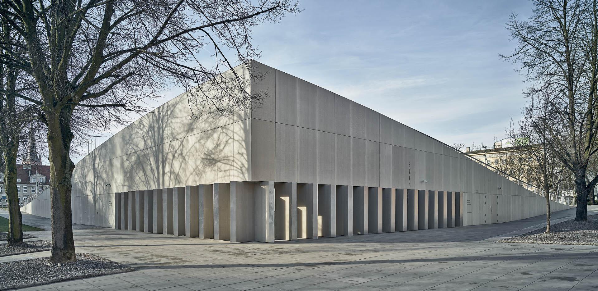 betonowe żaluzje powodują otwieranie się budynku na otoczenie lub zamykanie w monolityczną bryłę