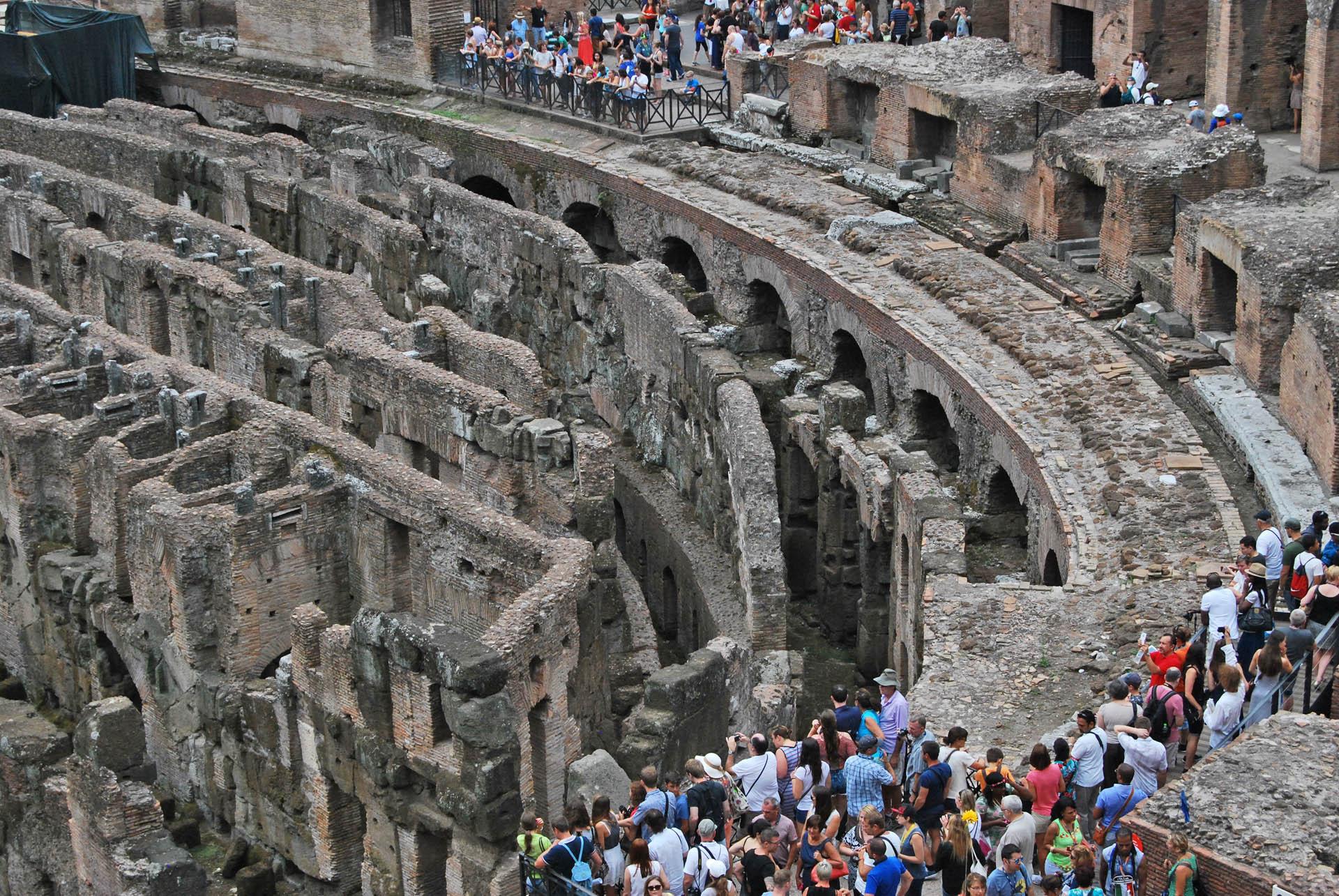 kolejka do Koloseum itłumy zwiedzających wśrodku