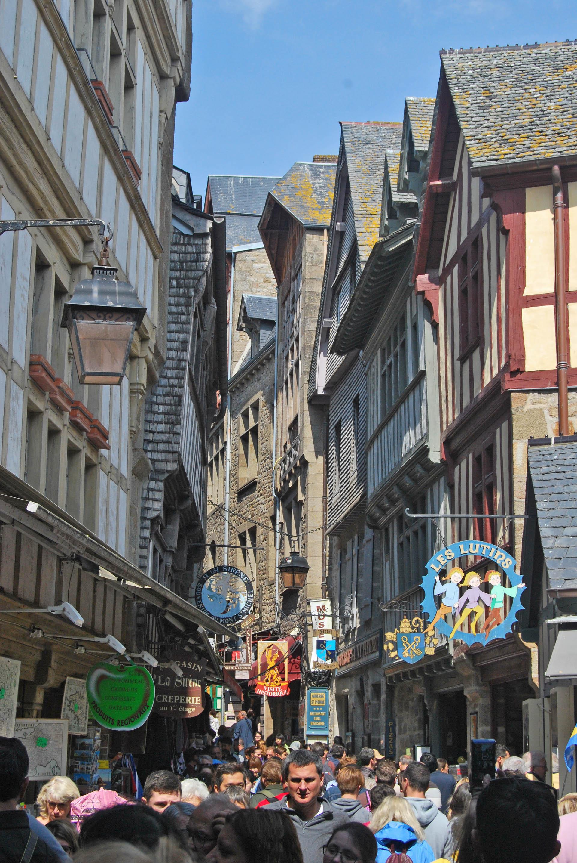 uliczka prowadząca do opactwa Mont Saint-Michel we Francji